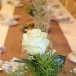 Am hübsch gedeckten Tisch
