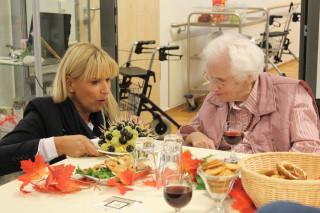 Pflegedienstleiterin Astrid Thiele-Jérome degustiert mit Frau Stöcker die angebotenen Weine